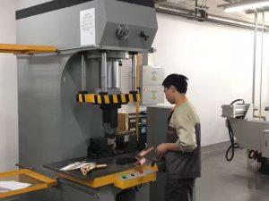 Япония клиент тестване хидравлична преса в нашата фабрика