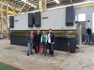 Виетнамски клиенти посещават нашата фабрика